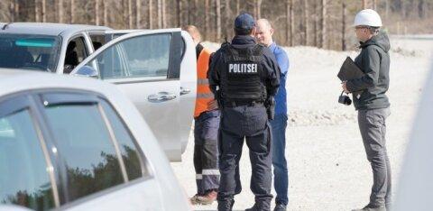 Ametnikud mõõdavad politsei järelevalve all Sõnajalgade tuulikuid üle