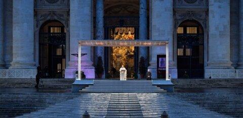 ВИДЕО | Папа римский помолился о завершении пандемии коронавируса на пустой площади Святого Петра в Ватикане