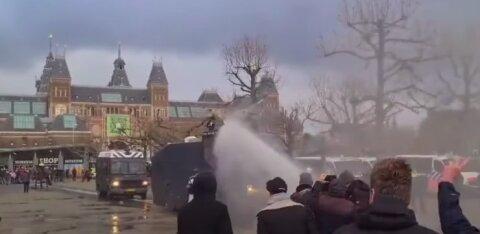 В Нидерландах полиция применяет слезоточивый газ и водометы для разгона демонстрантов,выступающих против ужесточения карантина