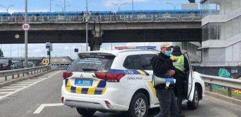 ВИДЕО | В Киеве полиция оцепила мост Метро: мужчина с пакетом в руках грозит его взорвать