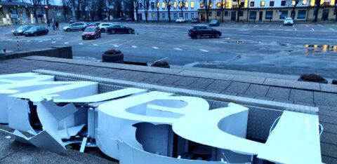ФОТО: В центре Нарвы опрокинулась и разбилась местная достопримечательность