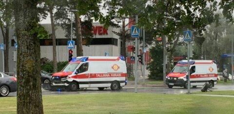 ФОТО | В Таллинне 23-летний водитель BMW врезался в ехавшую на вызов скорую