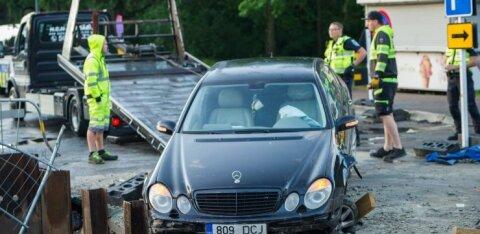 ФОТО | В Таллинне автомобиль въехал в яму строительного объекта, водитель сбежал