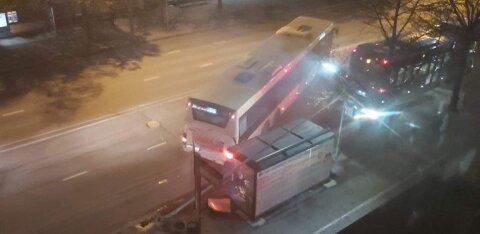 ФОТО: В Пярну автобус врезался в уличный фонарь и повалил его на остановку