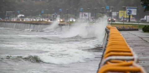 """Метеорологи предупреждают: шторм """"Эдуард"""" принесет в субботу обильные осадки и ветер до 30 м/с"""