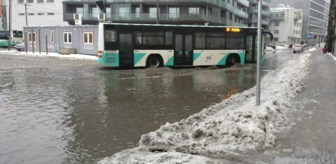 ФОТО: Утром улицы города затопило — передвигаться трудно и людям, и машинам