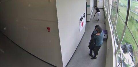 VIDEO | Uskumatu kangelastegu! Julge õpetaja kallistas relvastatud õpilast ja veenis teda tulistamisplaanidest loobuma