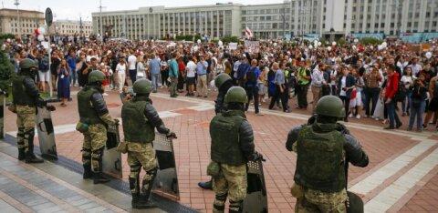 В Минске на площади Независимости военные опустили щиты. ЕС вводит санкции против Беларуси
