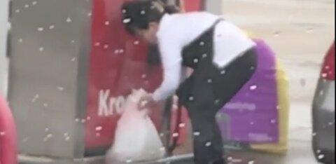 ВИДЕО: Зачем? Женщина заливает топливо в пакет и кладет его в багажник с покупками