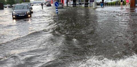 ФОТО И ВИДЕО | Мощная гроза положит конец зною: ливень затопил улицы Пярну, в Таллинне пока солнечно