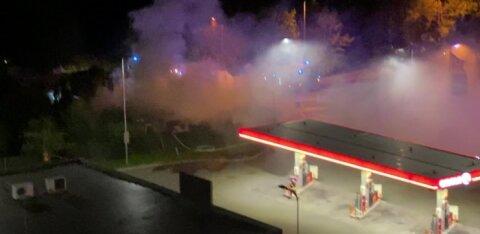 ФОТО и ВИДЕО: Ночью в Ласнамяэ открытым пламенем полыхало здание возле автозаправки