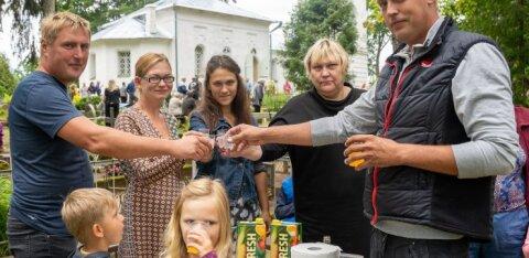 ФОТОРЕПОРТАЖ | Как в Сетомаа в день Параскевы Пятницы на кладбище пироги ели и водку пили
