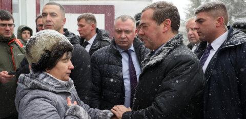 ВИДЕО | В Барнауле пенсионерка встала на колени перед Медведевым