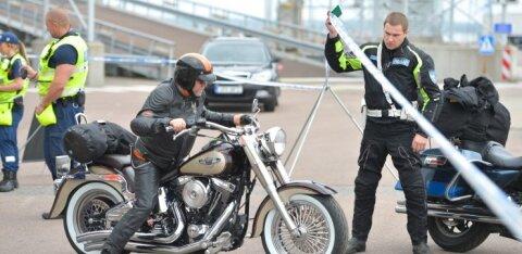 VIDEO | Männikul kiirendanud joobes ja juhtimisõiguseta mootorrattur peab karistuseks kaks nädalat kinnipidamiskeskuses veetma
