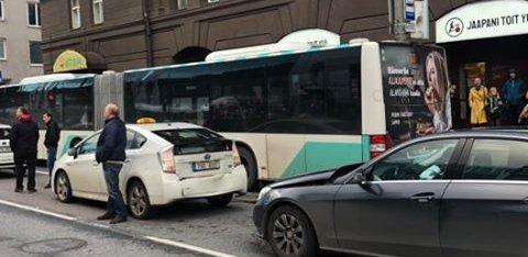 ВИДЕО | В центре Таллинна столкнулись три автомобиля. Виновник ДТП был пьян и пытался устроить драку прямо на дороге