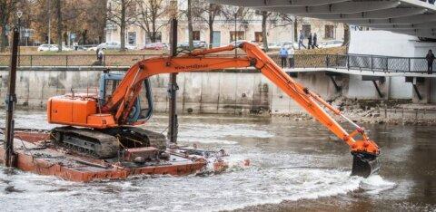 FOTOD | Kopp puhastab Tartu Kaarsilla alust laevateed