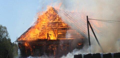 ФОТО: В Ярвамаа из-за костра открытым пламенем полыхал старый хлев и чуть не сгорел жилой дом