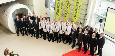 ФОТО | Первые 12 пилотов окончили летную академию airBaltic. Среди них оказался только один эстонец