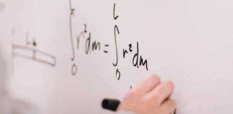 Учитель математики провел для девочки урок через дверь