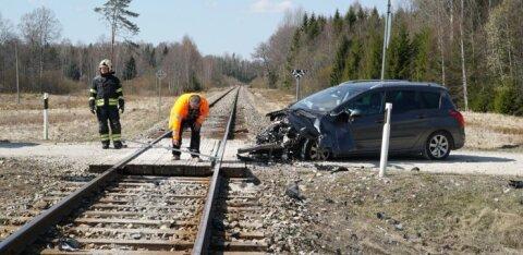 ФОТО: В Ярвамаа легковой автомобиль врезался в поезд