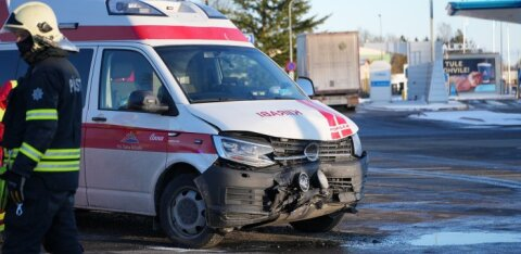 ФОТО | В Йыгевамаа столкнулись машина скорой помощи и легковушка