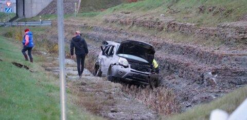 ФОТО | На Таллиннской окружной дороге автомобиль перелетел через барьерное ограждение