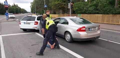 ФОТО и ВИДЕО | Таксист помог задержать пьяного в стельку водителя
