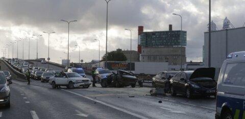 ФОТО И ВИДЕО С МЕСТА ПРОИСШЕСТВИЯ | Рядом с T1 Mall of Tallinn столкнулись пять машин, пострадали три человека
