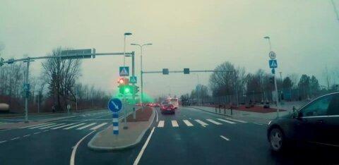 ВИДЕО: Почему светофоры на Рейди теэ не пропускают автомобили единым потоком?