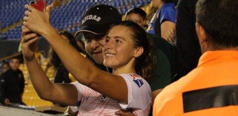 ФОТО: Фанат попросил футболистку сделать селфи и схватил ее за грудь