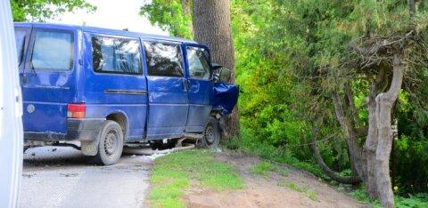 ФОТО: Человек против природы. В Вильяндимаа пьяный водитель микроавтобуса врезался в дерево