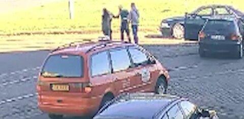 ВИДЕО: В центре Риги несколько мужчин и женщин подрались из-за ДТП