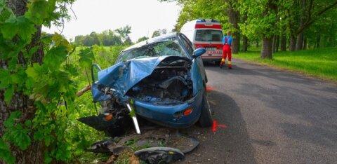 ФОТО: В Вильяндимаа автомобиль врезался в дерево: в машине находилось двое детей
