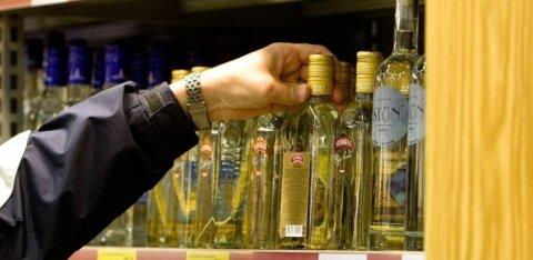 Акциз понизили меньше месяца назад, а продажи крепкого алкоголя уже выросли на 20%. Насколько подешевело спиртное и что будет дальше?