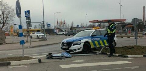 ФОТО | В Виймси полицейский патруль врезался в дорожный знак
