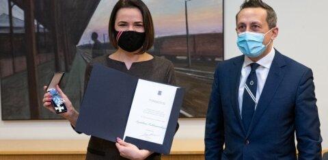 ФОТО | Урмас Рейнсалу призвал к новым выборам в Беларуси и вручил Светлане Тихановской награду МИД ЭР