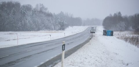 Осторожно, водители! Снегопад продолжится, на дорогах будет скользко