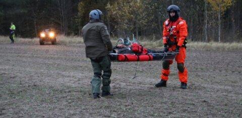 ФОТО | Большая спасательная операция: с помощью вертолета обнаружили пожилого мужчину, которому стало плохо со здоровьем