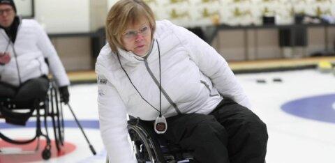 DELFI VIDEO | Jääd ei pea kartma - ratastoolis liikuja saab ka külmas kurlinguhallis naha märjaks