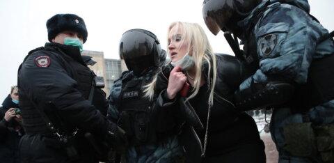 Представьте несакционированный митинг в поддержку Путина, на котором будут метелить и тащить в автозаки. Тогда и сравним рейтинги