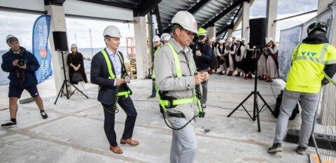 FOTOD   Uue kruiisiterminali sarikapeol lennutati nii Tallinna linnapea kui Tallinna Sadama juht kõrgustesse