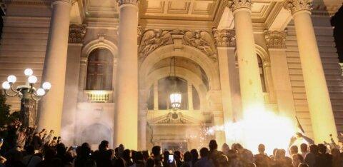 ФОТО | В Сербии введение комендантского часа вызвало беспорядки