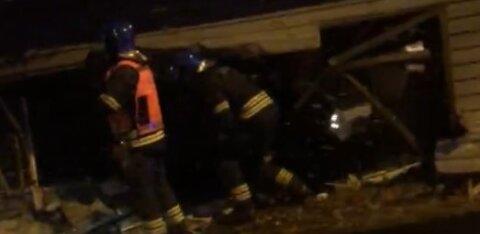 ФОТО и ВИДЕО: В Нымме машина врезалась в жилой дом. Пострадал ребенок, водитель сбежал