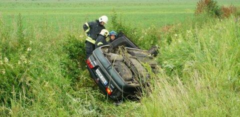 ФОТО | В Ярвамаа пьяный водитель угодил в кювет, автомобиль перевернулся на крышу