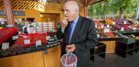 ФОТО | Скандал с эстонской клубникой: министр и чиновники нагрянули на рынок Балтийского вокзала с проверкой