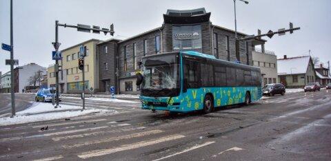 ФОТО: В Вильянди столкнулись автобус ATKO и микроавтобус