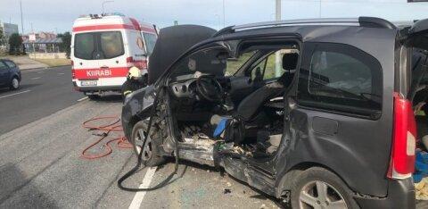 ФОТО | Столкновение на Лаагна теэ: водителя одной машины пришлось вырезать