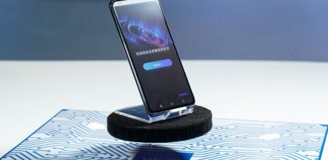 Hiina telefonitootja tutvustas telefoni, millel pole ühtegi pesa ning mille terve ekraan toimib sõrmejäljelugejana