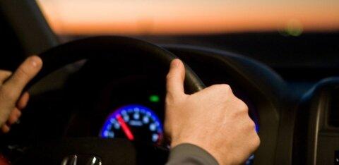 Эстонский BMW ездит по России со скоростью 200 км/ч, но его не штрафуют. В дело вмешался блогер Варламов