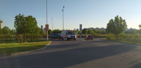 ФОТО: В Ласнамяэ пожилой мужчина на велосипеде врезался в автомобиль